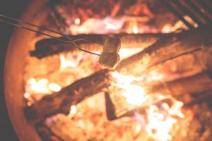 lagerfeuer-camping-herbst